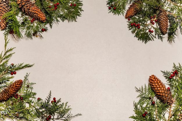 소나무 콘과 소나무 가지와 격리 된 크리스마스 장식, 제목에 대한 센터가 비어 있습니다.