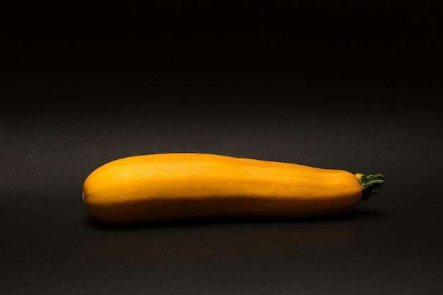 Primo piano isolato primo piano di una zucchina gialla