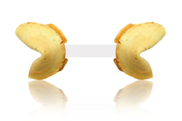 Colpo di primo piano isolato di un biscotto della fortuna con carta bianca