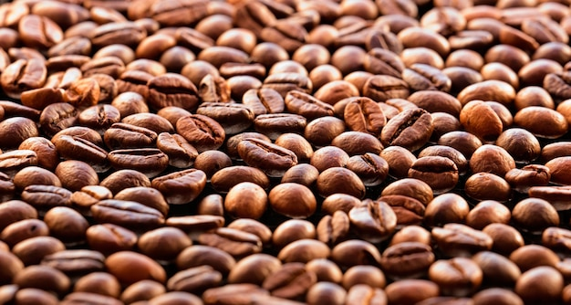 Изолированные кофейные зерна с решеткой промышленного тостера