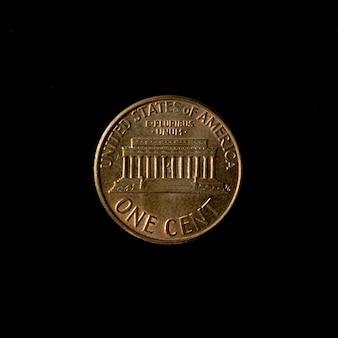 검정 배경 미국 통화 위에 절연 된 동전