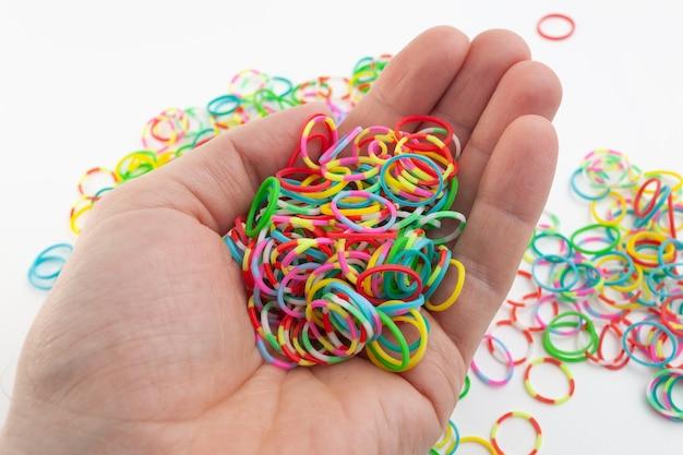 手に分離色の輪ゴム