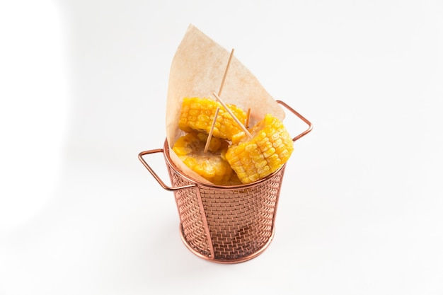 紙と銅のバケツで調理されたカットコーンを分離