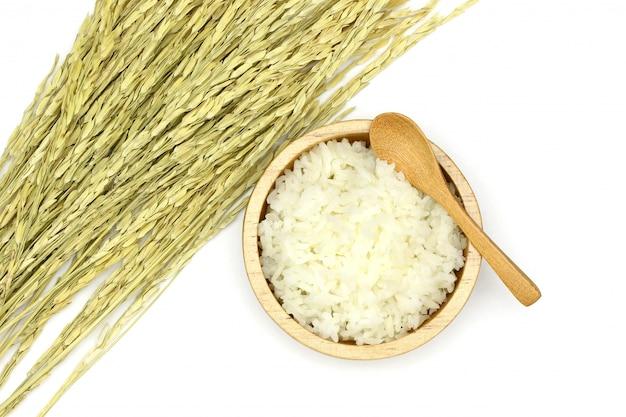 Изолированный приготовленный рис жасмин в деревянной миске с ухом риса на белом фоне