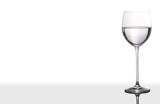 白い背景と水の孤立したカップ