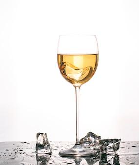 色の液体と隔離されたカップ