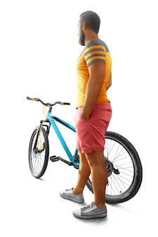 孤立したサイクリストの男。背面図