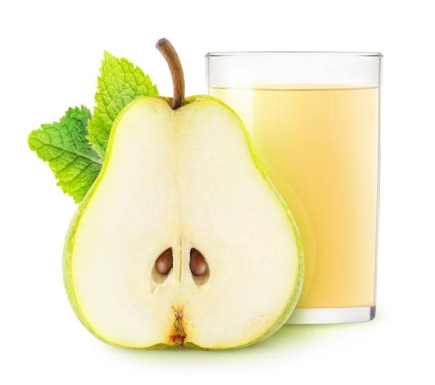 흰색 배경에 격리된 배 주스와 과일 반의 격리된 음료 유리