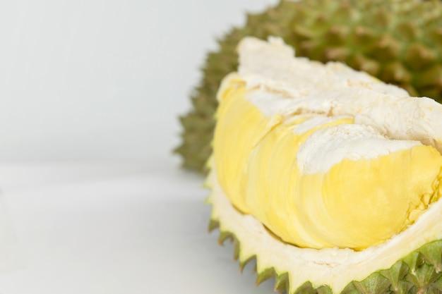 Изолированный плодоовощ дуриана зрелый на белой предпосылке, король плодоовощ в юговосточном азиатском таиланде