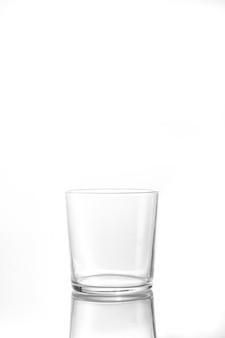 水、ジュース、白い背景の上の牛乳の空のガラスタンブラーを分離しました。