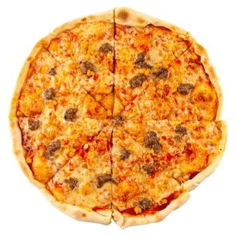 Изолированная свежая запеченная мясная пицца с говядиной