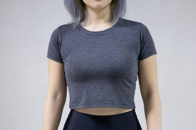 灰色のラウンドネックのtシャツを持つ女性の分離の正面図