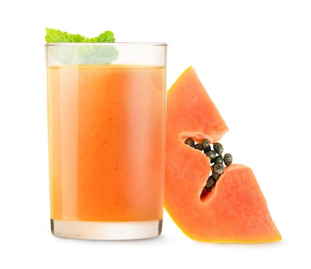 격리된 과일 스무디입니다. 흰색 배경에 고립 된 파파야 음료의 유리