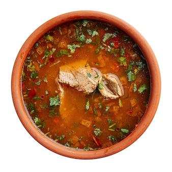 Изолированный грузинский суп харчо с говядиной и рисом