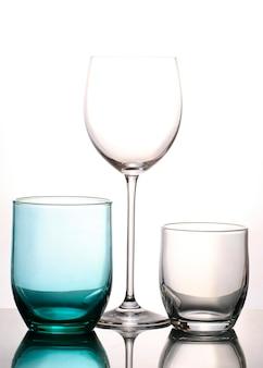 隔離されたガラスと水カップ