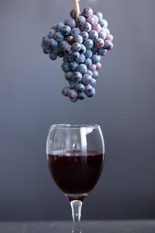 暗い背景に赤ワインの孤立したガラス