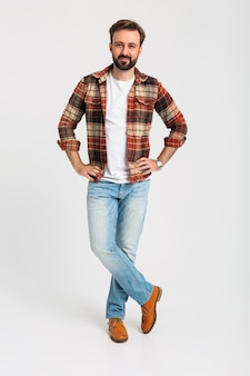 Uomo barbuto bello isolato in abito hipster vestito di jeans
