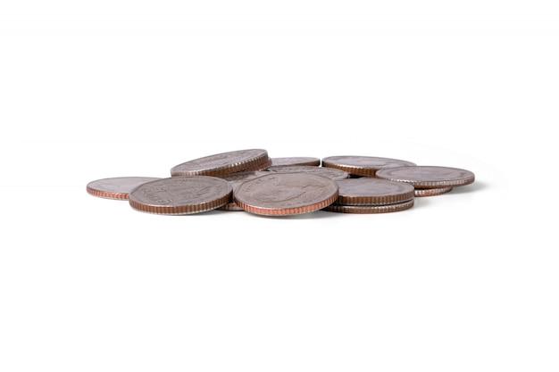 Изолированная куча монеток на белой предпосылке. экономия для инвестиций в бизнес с отсечения путь.