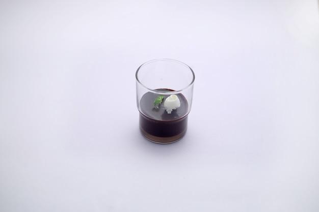 孤立した画像サービンググラスに配置されたホイップクリームとダークチョコレートムース