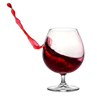 Изолированное изображение бокала вина и сильный всплеск на белом