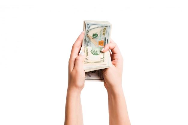 白い背景の上のドルを数える女性の手の分離イメージ。給与と賃金の概念の平面図