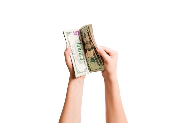 白のドルを数える女性の手の分離イメージ
