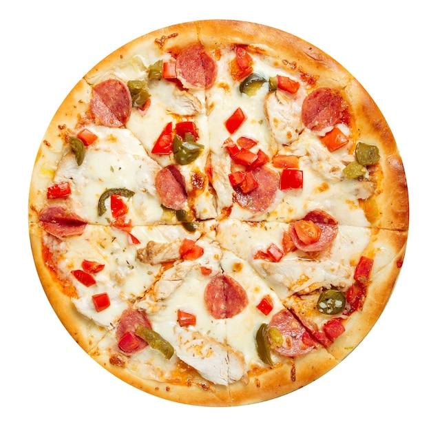ソーセージとチキンの孤立したハラペーニョピザ