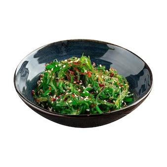 Изолированные японские водоросли салат чука вакаме