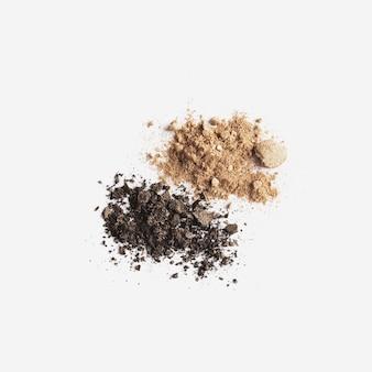 Изолированное светлое и темно-коричневое лицо или тени для век. макияж концепция плоской планировки