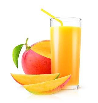 격리 된 망고 주스 유리에 신선한 망고 음료와 흰색 배경에 고립 된 과일 조각