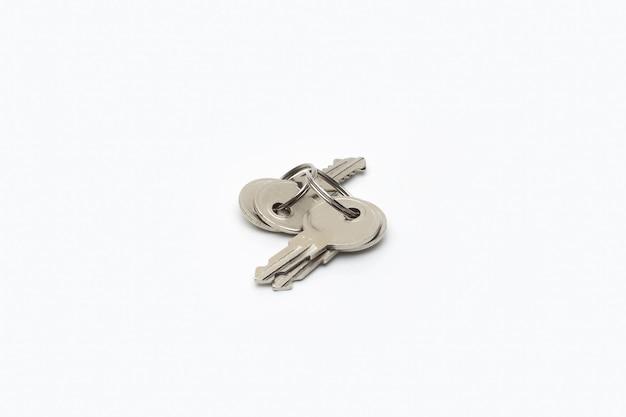 흰색 배경에 고리와 격리 된 금속 키