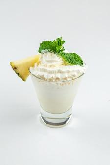 Изолированный молочный коктейль с ананасом и вишней