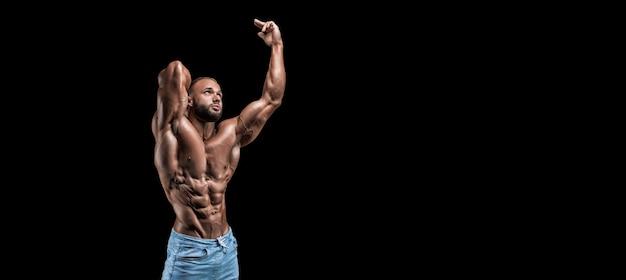 Изолированный мускулистый мужчина, изолированных на черном.