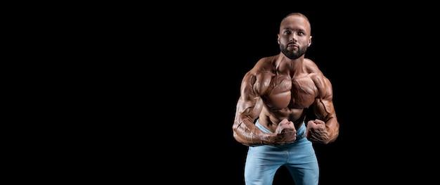 Изолированный мускулистый мужчина на черном фоне. бодибилдинг и фитнес-концепция. панорама. смешанная техника
