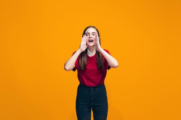 スタジオで叫んでいるピンクのカジュアルな十代の少女の分離