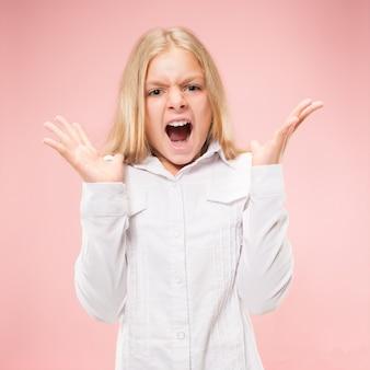 Изолированные на розовый молодой случайный подросток девушка кричит