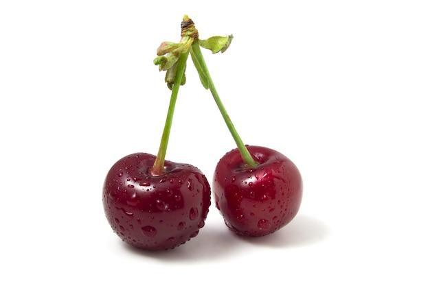 화이트 절연 이 슬 방울과 체리입니다. 두 잘 익은 열매. 프레임에 여름 과일의 신선도입니다.
