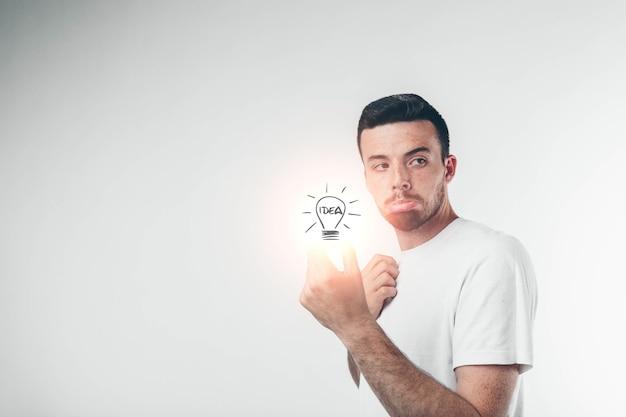Изолированные на белом wallman в белой рубашке с лампой. идея концепции.