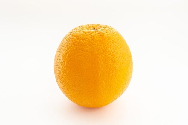 Изолированный оранжевый на белом фоне (мягкий свет)