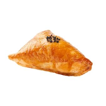 白い表面に肉を詰めたサムサが付いた孤立したオリエンタルパフパイ