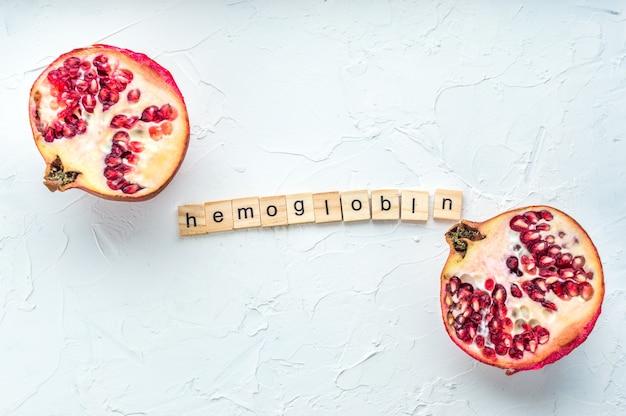 혈액 및 석류석 또는 석류에서 hb를 증가시키기 위한 hb(헤모글로빈) 및 철 알약에 초점을 맞춘 격리된 사진