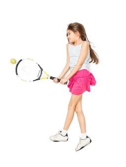 床に横たわってテニスをしているかわいい女の子の高い視点からの孤立した写真