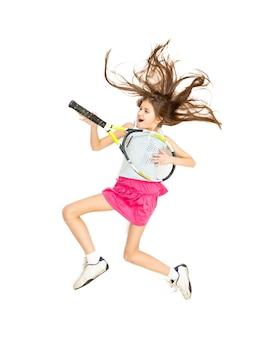 高くジャンプし、ギターのようにテニス ラケットで遊んでいる女の子の高い視点からの孤立した写真