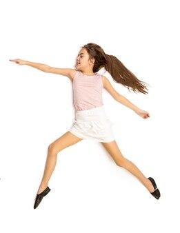 춤에서 점프하는 귀여운 소녀의 고립 된 사진