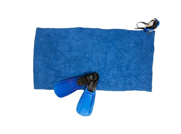 Изолированное фото ласт и маска для подводного плавания, лежащих на синем пляжном полотенце
