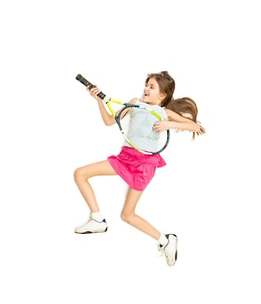 ギターのようにテニス ラケットで遊んで幸せな笑顔の女の子の孤立した写真
