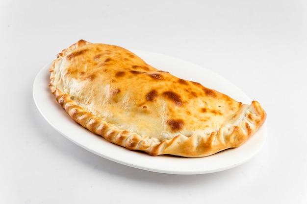 Calzone 이탈리아 접힌 피자의 절연 된 접시