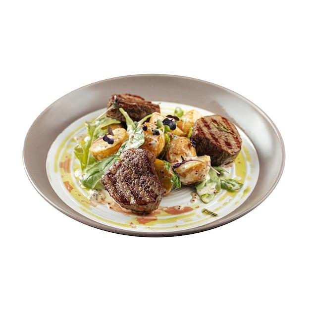 Изолированная тарелка стейка из филе миньон с картофелем