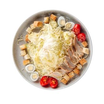 Изолированная тарелка свежего салата цезарь на белом
