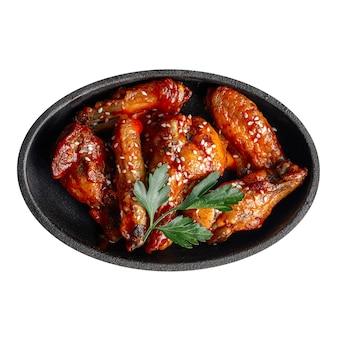 Изолированная тарелка жареных крылышек в соусе терияки